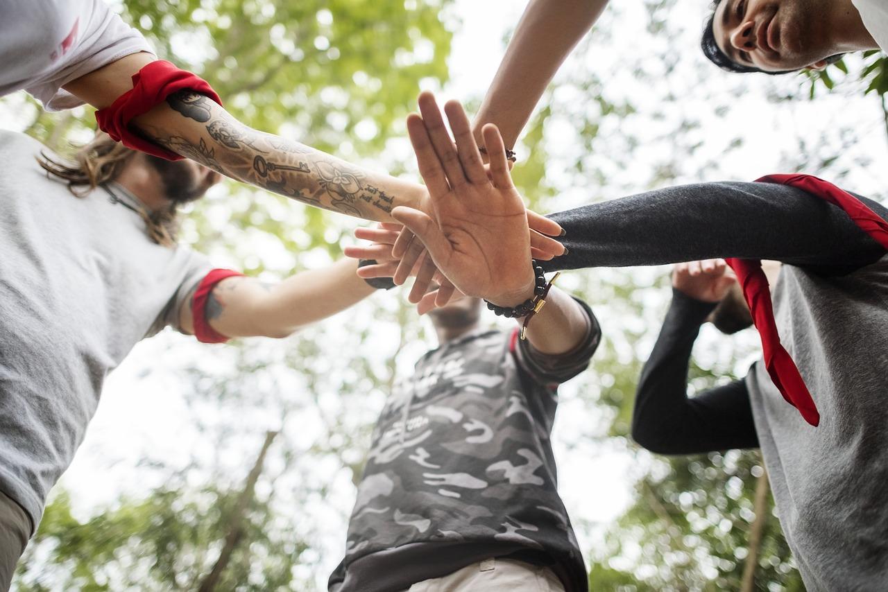 unir a equipa na natureza, juntar a empresa na natureza,